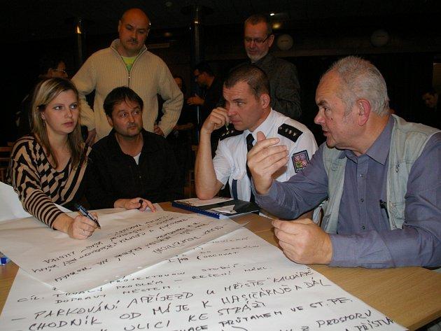 Největší zájem a také nejvíce podnětů zaznělo u stolu, který se zabýval tématem dopravy. Jedním z účastníků byl i vedoucí dopravního inspektorátu Rostislav Sůva.