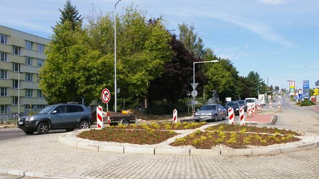Auta v minulých dnech kruhový objezd ve výstavbě projížděla kyvadlově po jedné straně.
