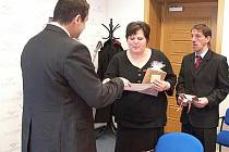 Daniel Vytočil podává šek ředitelce Ústavu sociální péče v Těchobuzi Simoně Tomanové. Ta za něj nakoupí nábytek.