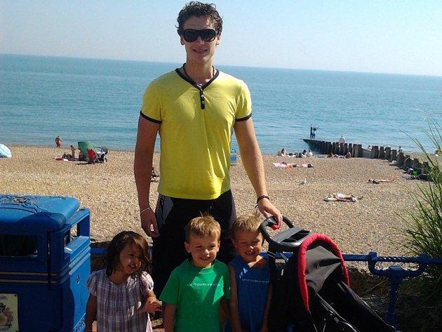 Spolu s přítelkyní Lenkou se Tomáš Štrobl v Anglii staral o pět dětí.