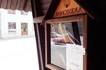 V Červené Řečici má knihobudka v čekárně podobu vitríny.