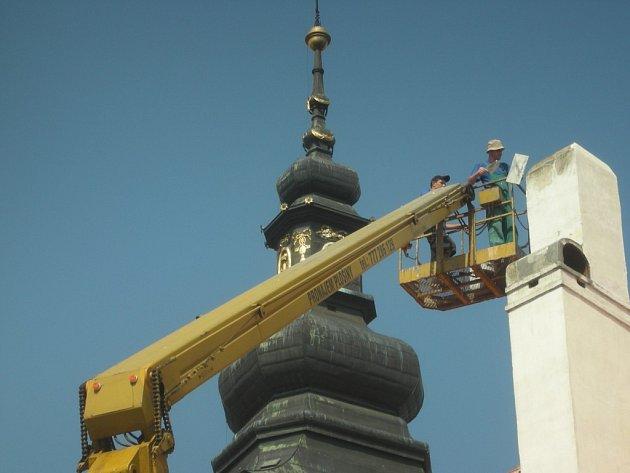 Na budově muzea s číslem popisným 10 se opravuje komín.