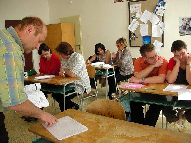 Do lavic místo studentů sedají učitelé.