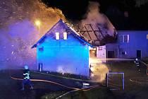 Šest jednotek hasičů likvidovalo ve středu po desáté hodině večer požár stodoly s uskladněným dřevem v Hořepníku, místní části Vítovice.
