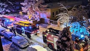 V pelhřimovské ulici Osvobození hořel panelák