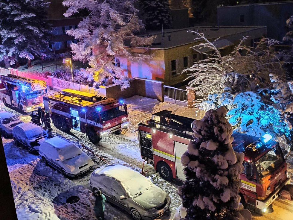Hasičská auta se sjela k paneláku v pelhřimovské ulici Osvobození. Hořela tam elektroinstalace.
