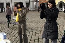Cvičenky Falun Gong na pelhřimovském náměstí.