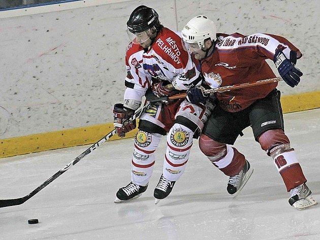 Hořkou pilulku museli pelhřimovští hokejisté (na snímku vpravo je Ota Lazořišák) spolknout i v derby ve Žďáře.