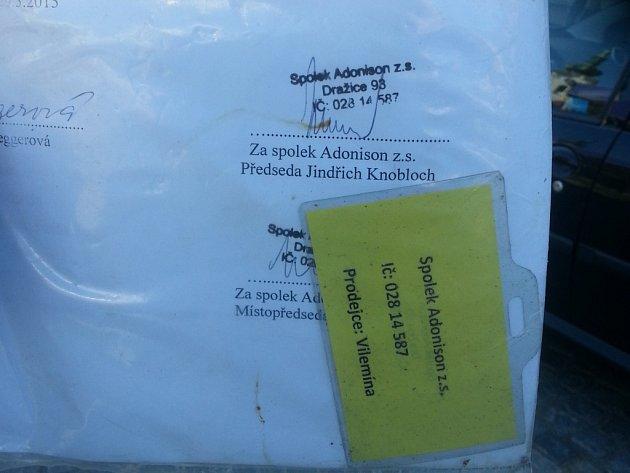Duchapřítomná studentka z Dětského domova Senožaty vyfotila listinu i prodavačku drobných předmětů.
