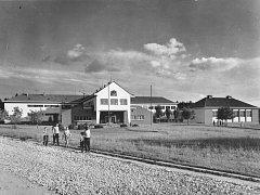 Škola byla dokončena v roce 1953. Byla postavena podle skandinávského vzoru a dle výpovědi tehdejšího učitele Petra Mazance to byla výstavní skříň školní architektury na Pelhřimovsku. Škola je dvoukřídlá, vpravo stojí budova tělocvičny.