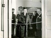 Na fotografiích je zachyceno otevření pamětní síně grafika, typografa a tvůrce písma Oldřicha Menharta ve freskovém sále Okresního muzea v Pelhřimově, které se uskutečnilo 25. května roku 1967.