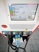 Než je elektromobil úplně nabitý, uplyne zhruba třicet minut. U včera otevřené nabíjecí stanice u Vystrkova (na snímku) jsou vítány všechny typy elektromobilů.