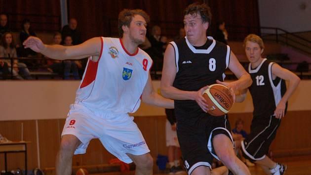 Basketbalisté Pelhřimova si v zápasech s céčkem Jindřichova Hradce s chutí zastříleli. Horší výkonnost soupeře jim k tomu nahrála.