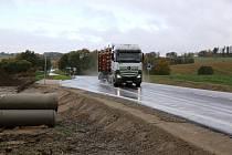 Opravenou silnici mezi Olešnou a Strměchy mohou řidiči využívat od středečního rána.