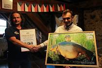 Správce pelhřimovského Muzea rekordů Josef Vaněk (vlevo) předává Stanislavu Stanleymu Blažkovi certifikát za rekordní úlovek.