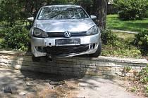 Kuriózní nehoda se stala u pelhřimovského hřbitova.