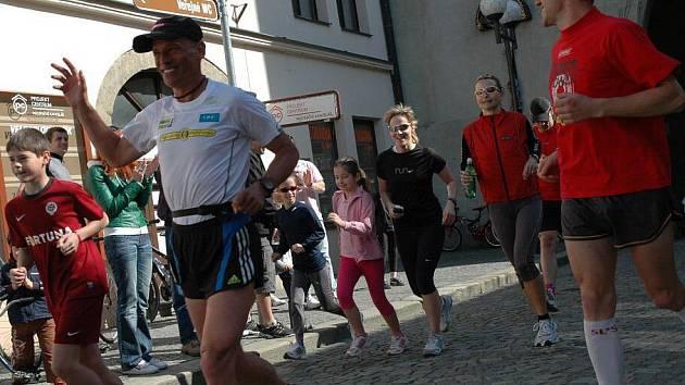 Běh pro Paraple okolo České republiky měl zastávku také v Pelhřimově. Guru českých běžců Miloš Škorpil nevyběhl v neděli ráno od Muzea rekordů sám.