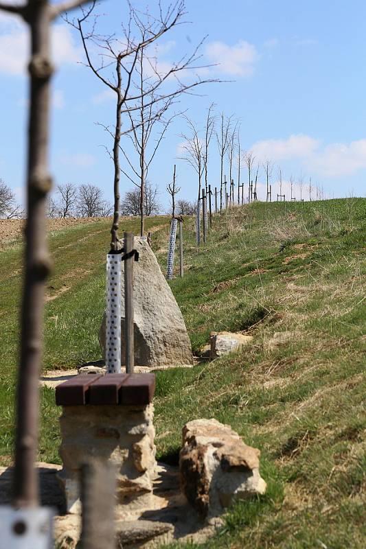 Pamětní kámen s lavičkou ke stému výročí založení Československé republiky zdobí lipovou alej k židovskému hřbitovu v Horní Cerekvi.