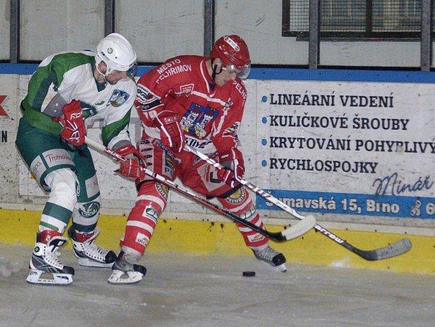 Hokejisté Pelhřimova (vpravo Petr Votápek) zachraňovali remízu v zápase proti Trutnovu až dvacet vteřin před koncem, když využili power play. V prodloužení se ale štěstí usmálo na hosty.
