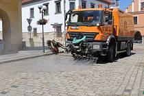 Náměstí  v Pelhřimově je zkrápěno užitkovou vodou několikrát denně.
