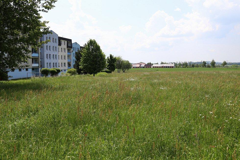 Rozšiřovat obchodní a bytovou zónu chce investor na louce v blízkosti současného Penny Marketu v Kamenici nad Lipou.