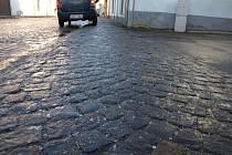 Pozor si lidé nemuseli dávat pouze na asfaltu. Zrádně zmrzlé byly i dlažební kostky v centru Pelhřimova, které zůstaly kluzké až do odpoledne.