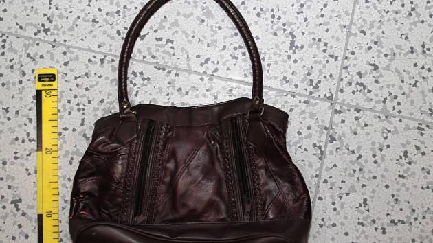 Po výpovědi obviněného muže kriminalisté na označeném místě nalezli i odcizenou kabelku.
