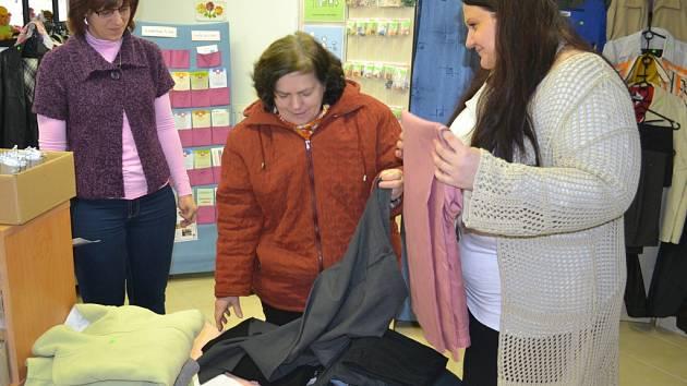 Marie Vrzáková (uprostřed) je v humpoleckém Středisku charitní pomoci známou tváří. S výběrem kalhot jí pomáhají Lenka Hložková (vlevo) a Markéta Zvolánková.