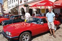 Stanislav Svatek se svým autem pochlubil při letním závodu, který startoval z pelhřimovského náměstí.