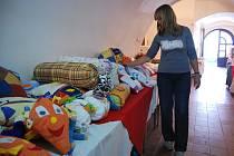 K Týdnům duševního zdraví neodmyslitelně patří prodejní výstava výrobků klientů pelhřimovského Fokusu. O keramické ozdoby i pletené medvídky je v okresním městě zájem.
