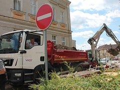 Práce na rekonstrukci jednosměrné Španovského ulice v Pacově začaly. Stavebníci aktuálně pracují ve spod-ní části ulice.