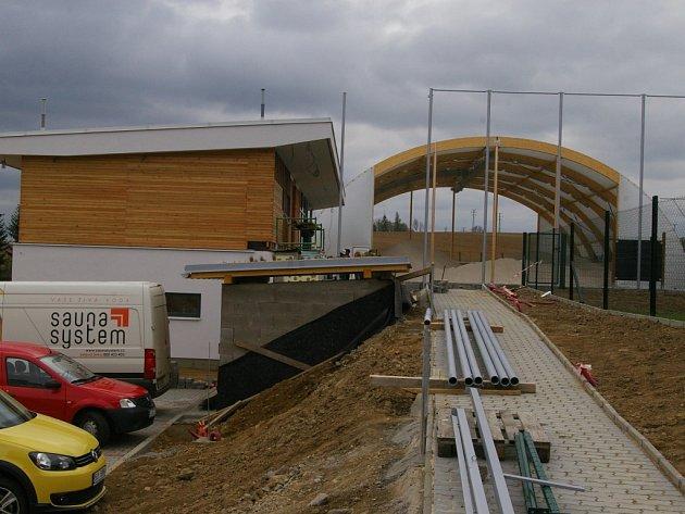 Těsně před dokončením je výstavba areálu na plážový volejbal za pelhřimovskou Základní školou Osvobození.