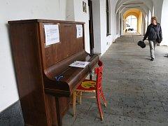 Pouliční piano v Pelhřimově.