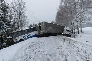 Havarovaná vozidla zůstala stát přes silnici.
