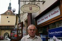 Knihkupec Jaromír Vytopil, v pozadí Rynárecká brána v Pelhřimově.