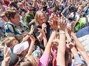 Zpěvák Tomáš Klus v roli učitele diktoval 9. června text své písně Do nebe v pelhřimovské hotelové střední škole. Diktát psali studenti v Pelhřimově ve stejný čas během dopoledne v sedmi základních a středních školách. Zároveň společným zpěvem této písně,