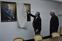 Současný pelhřimovský starosta František Kučera odhaluje  přírůstek v galerii portrétů starostů na pelhřimovské radnici.