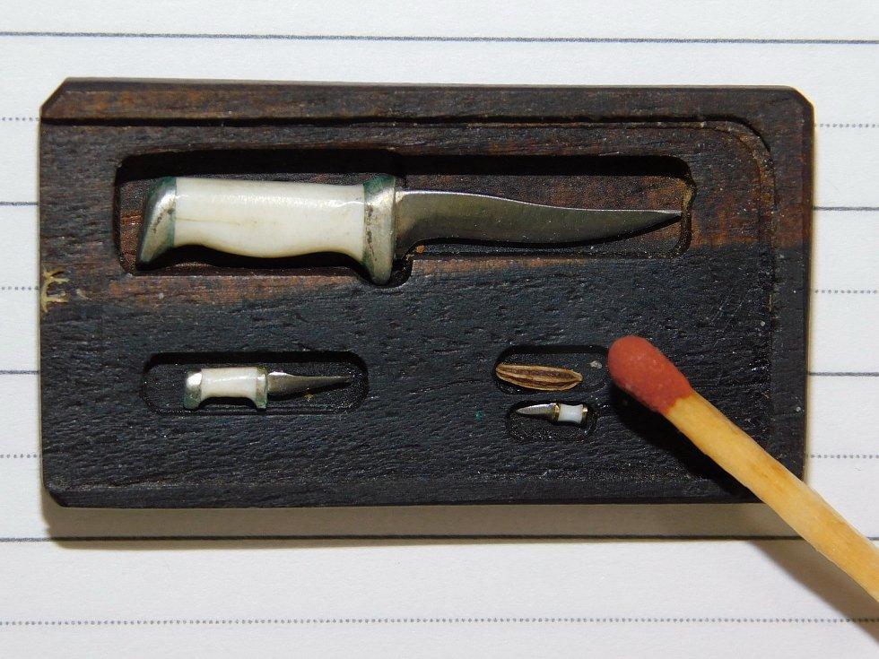Menší než zrnko kmínu, ale přesto dokáže spolehlivě rozříznout papír o velikosti A4. Takový je nejmenší nůž na světě.