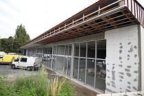 Nová obchodní zóna v Pelhřimově, která roste vedle supermarketu Billa, se zákazníkům otevře během října.