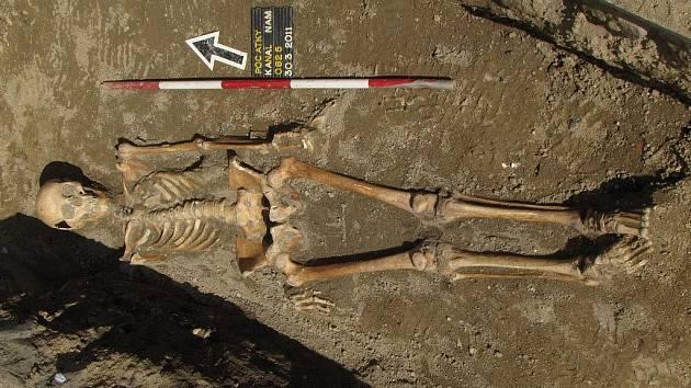 Archeologové na Palackého náměstí v Počátkách našli na osmatřicet koster, některé dokonce kompletní.