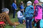 Děti si v Častrově prošly Pohádkový les, kde se seznámily s Křemílkem a Vochomůrkou.