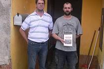 Vřesničtí hasiči přijeli Tomášovi (na snímku vpravo) do Jabloné v Podještědí předat výtěžek ze sbírky osobně.