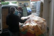 První naložené auto materiální pomoci vyjelo z Pelhřimova do Českých Budějovic v úterý dopoledne.