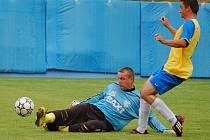 Pokud Lukáš Kubů (vpravo) dokáže i v následující sezoně nastřílet 14 gólů, je šance Pacova na záchranu krajského přeboru víc než slušná.