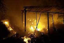 Požár ocelokolny s uskladněnou slámou v Panských Mlýnech za sebou zanechal škodu 1,5 milionu korun