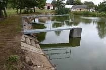 Rybník na návsi v Petrovicích u Humpolce se dočkal opravy hráze i výpustního zařízení, které k hrázi patří.