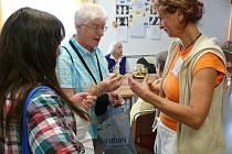 Dobrovolníci v Pelhřimově zavítali také do domova pro seniory, aby si tam s českými důchodci vyměnili zkušenosti. Odnesli si odtud i malý dárek.