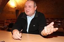 Pustit se do rozhovoru s jihlavským historikem Zdeňkem Jarošem znamená být posluchačem desítky minut trvajícího poutavého vyprávění a odvážných reakcí a odpovědí.