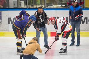 Čestné buly hokejového utkání mezi HC Lední Medvědi Pelhřimov a TJ Jiskra Humpolec vhodil bojovník Karlos Terminátor Vémola.