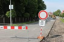 Důvodem stavebních prací v Žirovnické (na snímku) a ve Spojovací ulici v Počátkách jsou opravy kanalizace, které potrvají až do konce června.